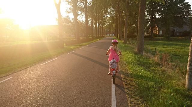 Come insegnare a un bambino a guidare una bicicletta